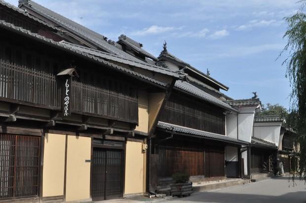▲二階の屋根から伸びたような形が江戸時代の「本うだつ」、一階の屋根の上に張り出して作られているのが「袖うだつ」
